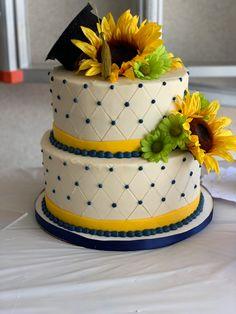 Such a unique and summery graduation cake 🌻     #cake #buttercream #fondant #graduation #graduationcake #sunflower #sunflowercake #decoratedcake #cakedecorator #desmoines #desmoinesiowa #yum #thesweetestthing