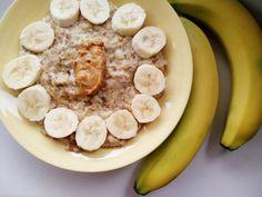 Známou a obľúbenou pochúťkou na raňajky je aj banánová kaša. Pridaj do nej lyžicu kvalitného orechového masla a prijmi hneď zrána porciu zdravých tukov. Dobré ráno! Breakfast Recipes, Oatmeal, Food And Drink, Fitness, Tips, Diets, Recipes For Breakfast, Gymnastics, Health Fitness