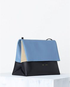 Since its first launch in spring 2013 collection, the Celine all soft shoulder bag was one of the trendiest accessories up until now. For the new spring 2014 bag collection, the Celine all soft bag… Best Handbags, Gucci Handbags, Luxury Handbags, Trendy Accessories, Leather Accessories, Handbag Accessories, My Bags, Purses And Bags, Bleu Pale