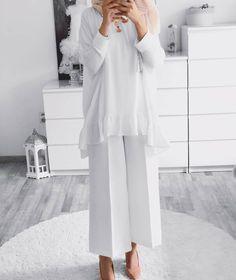 Woman All White Outfits outfits trends Modern Hijab Fashion, Street Hijab Fashion, Abaya Fashion, Muslim Fashion, Modest Fashion, Women's Fashion, Fashion Trends, All White Outfit, White Outfits