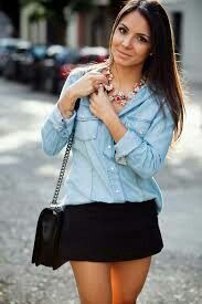 Camisa jeans com saia preta e maxi colar