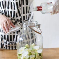 """こんにちは!昨日からお送りしている、""""自家製""""シロップと果実酒づくり。レモンシロップ編では、シロップの作り方や楽しみ方保存瓶のお手入れなどについてお届けしました。今日は、レモン酒編です!シロップよりも"""