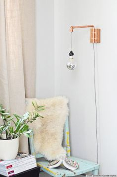 How to make diy copper projects for diy home decor that are modern and creative. These crafty copper pipe diy tutorials show you how to make DIY home decor and… Diy Décoration, Easy Diy, Simple Diy, Pipe Diy Projects, Ideas Paso A Paso, Luminaria Diy, Diy Luminaire, Nachhaltiges Design, Interior Design