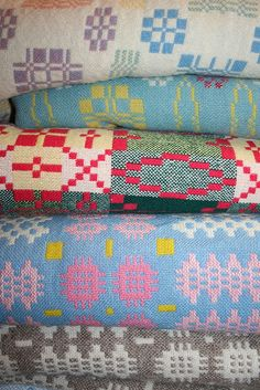 Welsh tapestry blankets in candy colours Weaving Textiles, Weaving Patterns, Textile Patterns, Textile Art, Oversize Knit Blanket, Knitted Blankets, Welsh Blanket, Wool Blanket, Vintage Blanket
