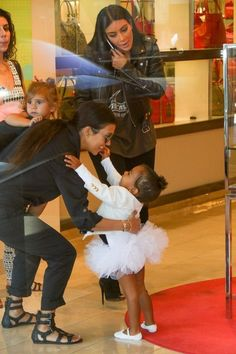 Kourtney Kardashian Photos - Kim and Kourtney Kardashian Take Their Daughters to the Mall - Zimbio