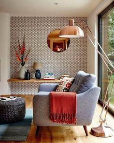 Poltrona cinza puff de tricot luminária na cor cobre e papel de parede com…