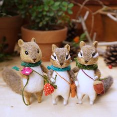 dolls needlefelt I love their fluffy tails! Wool Needle Felting, Needle Felted Animals, Felt Animals, Felt Diy, Handmade Felt, Mouse Crafts, Felt Mouse, Country Crafts, Felt Hearts