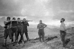 Soldado republicano muerto mientras tiraba un cable telefonico (Capa) La fotografía jugó un papel esencial durante la Guerra Civil Esp...