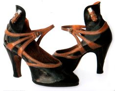 Vintage Art Deco Shoes with a Lipstick Holder! 1920s Shoes, Vintage Shoes, Vintage Accessories, Vintage Outfits, Vintage Fashion, Flapper Shoes, Vintage Clothing, Fashion 1920s, Retro Mode