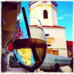 Die beiden Wahrzeichen von Krems = Sommergspritzter und Steinertor White Wine, Red Wine, Alcoholic Drinks, Glass, Drinkware, Corning Glass, White Wines, Liquor Drinks, Alcoholic Beverages