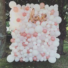 21 Whimsy And Fun Balloon Wedding Decor Ideas - Hochzeit Wedding Balloon Decorations, Wedding Balloons, Wedding Table Centerpieces, Outdoor Decorations, Balloon Backdrop, Balloon Wall, Balloon Garland, Balloon Ideas, Balloon Columns