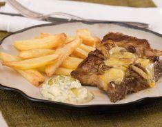 Co budete vařit o víkendu? U nás na stole určitě nebude chybět tato ZAPÉKANÁ KOTLETA! 🙂👍 Ingredience · 3 ks vepřových kotlet s kostí · 100 g Olomouckých tvarůžků · cibule · hořčice · 500 g steakových bramborových hranolků  Příprava jídla Kotlety naklepeme, okořeníme a potřeme hořčicí. Opečeme na pánvi z obou stran, vložíme do pekáčku, posypeme kolečky cibule a nahrubo nastrouhanými tvarůžky a necháme v troubě zapéct. Příloha – steakové hranolky pečené v troubě na pečícím papíru bez tuku. Pot Roast, Steak, French Toast, Beef, Breakfast, Ethnic Recipes, Food, Instagram, Carne Asada