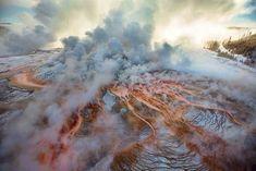Es brodelt heftig unter der Oberfläche des Yellowstone Nationalparks. Die Aktivität des Supervulkans Yellowstone offenbart sich durch Geysire, heiße Quellen und blubbernde Schlammlöcher überall im …