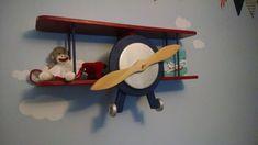 Bi-avion étagère est construite de bois de pin selectclear de qualité. Avion a un 34 pouces envergure d'aile. 8 pouces entre le complément parfait des étagères (ailes) pour chambre de garçon. Le plateau a 2 fentes sur le dos et je comprend 2 ancrages pour accrocher stable. Assembler