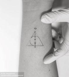 Harry Potter potter tattoo ideen Deathly Hallows symbol + Harry Potter wand My Tiny Harry Potter Tattoos, Harry Tattoos, Harry Potter Symbols, Harry Potter Wand, Skull Tattoos, Mini Tattoos, Feather Tattoos, Always Harry Potter Tattoo, Harry Potter Tattoos