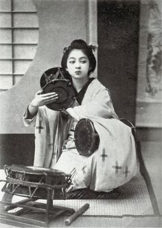 Drumming girl in Meiji Japan, photo by 玉村康三郎 Japanese History, Asian History, Japanese Beauty, Japanese Culture, Geisha Samurai, Old Pictures, Old Photos, Vintage Photographs, Vintage Photos