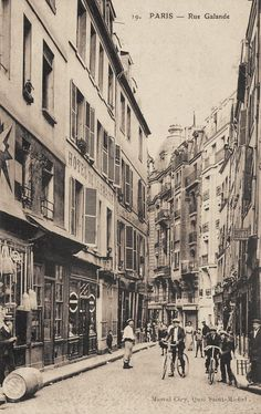 rue Galande - Paris 5ème La rue Galande vers 1900. Paris France, Paris 1900, Paris Rue, Antique Photos, Vintage Photos, Old Pictures, Old Photos, Paris Street, Street View