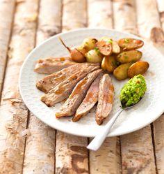 Filet de porc fumé aux sarments de vigne, pesto de petits pois et pommes de terre rattes - Elle à Table
