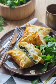 Goat and spinach puff baskets Veggie Recipes, Vegetarian Recipes, Snack Recipes, Cooking Recipes, Healthy Recipes, Vegetarian Lifestyle, Healthy Food, Spinach Puff, Salty Foods