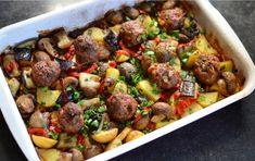 Vă prezentăm mai jos o rețetă de chifteluțe la cuptor cu legume coapte. Este o rețetă simplă de chiftele, fragede si bune, coapte pe un pat de legume. Astfel, chiftelutele se vor găti odata cu garnitura, în aceeași tavă. Chiftele la cuptor cu garnitură de legume. Cea mai delicioasă rețetă pentru chifteluțe Vă prezentăm o …