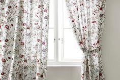 Detalle de unas cortinas blancas IKEA colgadas en una barra