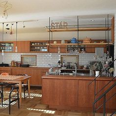 "[photo_simple photo_id="""" class=""one-column img-center""]RoomClipユーザーの素敵なキッチンを紹介する「憧れのキッチン」連載。 今回は、使い手と職人のこだわりに満ちた上質な住まいを作り上げている最中の、Akiさんのキッチンをご紹介します。素材と機能美を追求したディティールは特に注目です。"