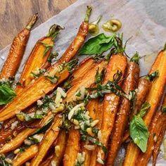 När morrötter ugnsrostas blir de lite söta i smaken. Den sötman passar verkligen till ostens sälta i peston. Morötterna är ett härligt tillbehör till alla dina rätter.