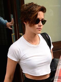 I love Kristen Stewart, her style, hair and acting. Kristen Stewart New Hair, Kirsten Stewart, Kristen Stewart Hairstyles, Short Cropped Hair, Short Hair Cuts, Short Hair Styles, Short Hair Girls, Pixie Hairstyles, Cool Hairstyles