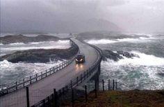 Vocês já conhecem a ponte Atlantic Ocean Road? A estrada fica no norte da Noruega, atravessa o arquipélago de Eide, possui um pouco mais de 8 Km de extensão e liga as pequenas cidades de Molde e Kristiansund. A estrada é construída em várias pequenas ilhas e recifes, que são ligadas por estradas diversas, viadutos e oito pontes. Inaugurada em 1989 a ponte possui curvas suaves e sinuosa que cria ângulos surpreendentes. Dirigir nesse lugar torna-se um prazer.