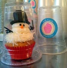 Smart & easy cupcake packaging when cupcake has tall decorations (cupcake shops packaging) Star Cupcakes, Snowman Cupcakes, Cupcake Cookies, Bake Sale Packaging, Cupcake Packaging, Packaging Ideas, Christmas Desserts, Christmas Baking, Cupcake Shops
