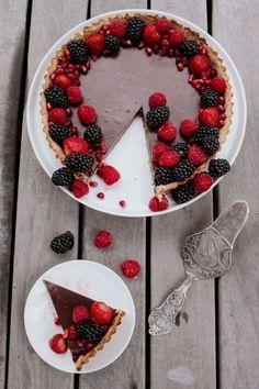Vegan Dark Chocolate Tart – Smollandhungry Vegan Dark Chocolate, Chocolate Filling, Those Recipe, No Frills, Tart, Raspberry, Fruit, Blog, Recipes
