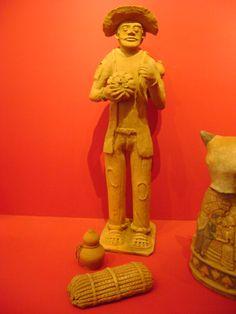"""La escultura esta hecha por Luis Antonio Da Silva , Le puso como nombre """"Campesino en el 2011"""", esta hecha con barro levantado con paleta, moldeado,alisado, con pastillaje y esgrafiado. Esta obra es de brasil."""
