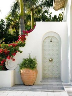 Lovely luxurious tropical white outdoor shower with arched details and large pots. Outdoor Baths, Outdoor Bathrooms, Outdoor Rooms, Outdoor Living, Outdoor Showers, Exterior Paint Colors, Exterior Design, Interior And Exterior, Exterior Tiles