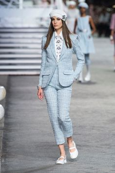 Chanel | Cruise 2019 | Look 28 Fashion Week, Look Fashion, High Fashion, Luxury Fashion, Fashion Outfits, Fashion Design, Style Haute Couture, Couture Fashion, Runway Fashion
