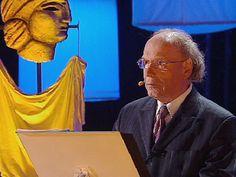 """Писатель, историк, драматург Эдвард Радзинский исполняет свою пьесу """"Беседы с Сократом""""."""