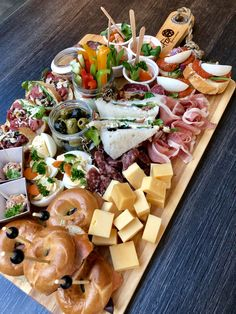 #hapjesplank #feest #canape #grazingtable #happchen #mitternachtsbuffet #hapjescatering #hapje #foody #foodporn #cateringtwente #restaurantFox Charcuterie And Cheese Board, Brunch, Fingerfood Party, Good Food, Yummy Food, Food Platters, Party Food And Drinks, Food Cravings, Food Presentation