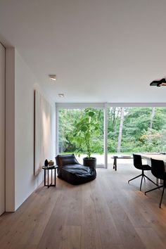 vloer met witte muren en zwart meubilair