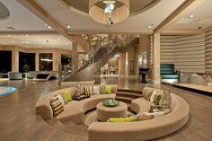Área de entretenimiento hundido en el suelo del salón y todo sofá