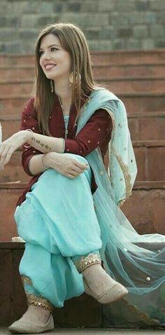 Patiala Suit Designs, Salwar Designs, Kurti Designs Party Wear, Dress Indian Style, Indian Fashion Dresses, Indian Outfits, Punjabi Fashion, Indian Attire, Punjabi Suits Party Wear