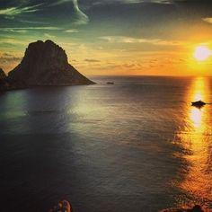 #fansphotos Es Vedrà sunset #esvedra #eivissa #ibiza #ibiza2014 by petrmf's photo on Instagram pic.twitter.com/lWBky3cxgJ Ibiza Sunset, Life Happens, Great Love, Monument Valley, Eivissa Ibiza, Places, Water, Travel, Outdoor