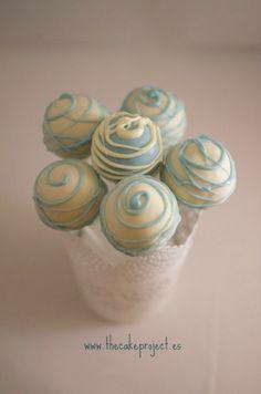 Cakepops en tonos azules y blancos para una mesa dulce de babyshower elaborados por TheCakeProject en Madrid
