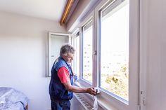 Reinigung der Fensterrahmen nach erfolgtem #Fenstertausch in einer #Altbauwohnung in Linz Oberösterreich. Windows, Glass Cleaners, Window Frames, Windows And Doors, Linz, Cleaning, Ramen, Window