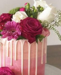 #dripcake #freshflowers #wedding #weddingcake #cakepopmafia Drip Cakes, Sugar Art, Sweet Cakes, Fresh Flowers, Wedding Cakes, Table Decorations, Wedding Gown Cakes, Cake Wedding, Wedding Cake