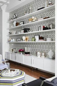 papier peint graphique, étagère murale blanche, espace vintage