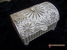 Kısaca gümüş tel işleme sanatı anlamına gelen telkari ince tel haline dökülen gümüşün bükülmesiyle oluşturulan küçük motiflerin bir araya getirilmesi olarak tanınır.
