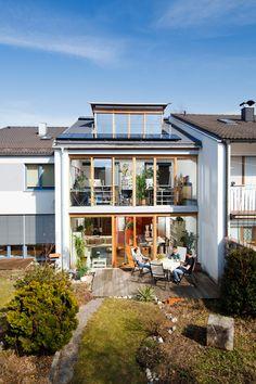 Grandiose Hinterseite: Zum Garten hin ist an der Front (fast) nicht als Glas. Das holt die Sonne in den Altbau – sogar Regenwettertage wirken weniger Grau. © Udo Geisler