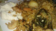 Paella de sepia, alcachofas y gambas