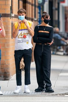 A Face Mask Is a Nonnegotiable for These Celebrities | Glamour Alison Pill, Pregnant Actress, Jessica Seinfeld, Sara Gilbert, Katherine Schwarzenegger, Unbreakable Kimmy Schmidt, She Mask, Celebrity Faces, Emma Roberts