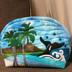 ダイヤモンドヘッド、ヤシの木、クジラのポーチです。サイズ横29センチたて19センチ底幅6センチ Sewing Patterns Free, Sewing Ideas, Sewing Projects, Hawaiian Quilts, House Quilts, Half Square Triangles, Quilted Bag, Handmade Bags, Totes