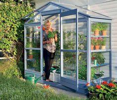 Här har du ett växthus som bjuder på massvis av plats för växter och för dig som ska sköta om dem.